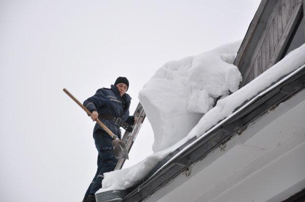 В Ужгороде огромная снежная глыба упала на мужчину: осталась лишь лужа крови