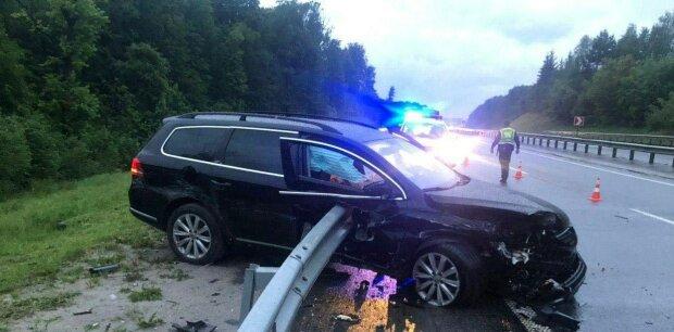 На Львівщині Volkswagen врізався у відбійник, який наскрізь прошив авто разом з водієм - кадри не для слабкодухих