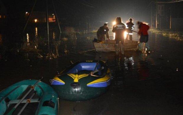 Машины и дома ушли под воду: в соцсетях показали фото последствий ливня на Закарпатье