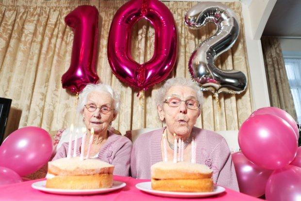 Самые старые близнецы в мире отметили 102 день рождения. На розовой вечеринке они поделились секретами счастливой жизни