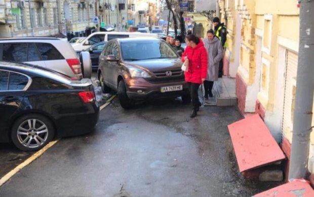 """Кияни провчили """"дефективну"""" героїню паркування"""