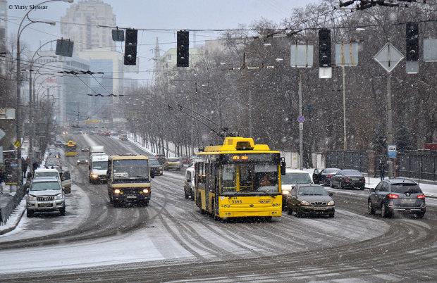 Страшна аварія паралізувала дорогу Києва: авто підкинуло на рівень даху тролейбусу