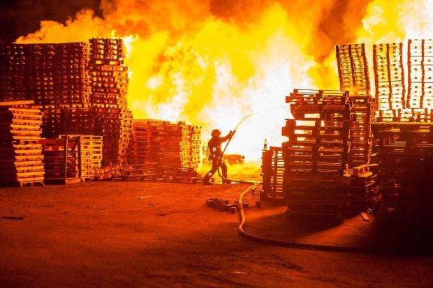 У вогняній пастці опинились чотири поверхи торговельного центру: гасять з вертольотів, є постраждалі
