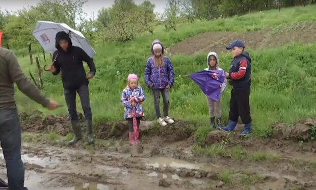 На Львівщині діти засадили вбиту дорогу картоплею та присоромили чиновників на всю Україну