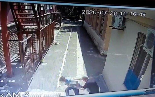 В Мариуполе Юлий Цезарь с топором и фекалиями атаковал синагогу: копы показали кадры нападения