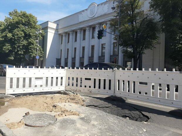 Прорив труби біля Верховної Ради, фото: facebook.com/pechersksheu