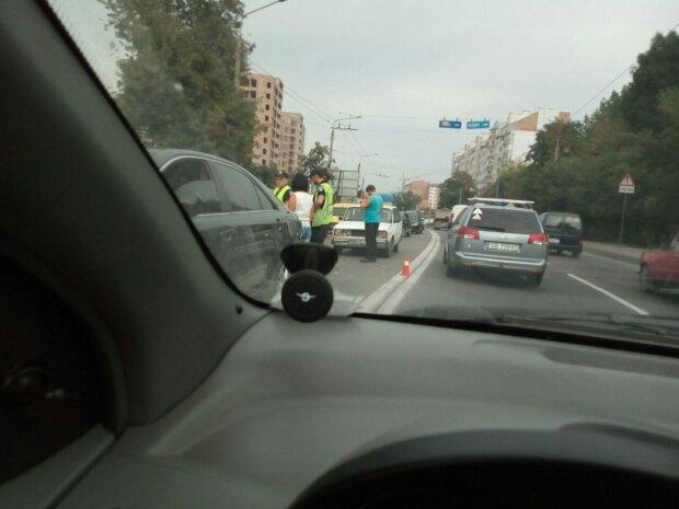 Під Одесою перекрили важливу трасу, водії не витримують під пекельним сонцем: як об'їхати