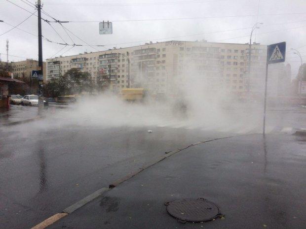 Розпечений асфальт та залита окропом вулиця: у центрі Києва прорвало трубу, пекельне відео лиха