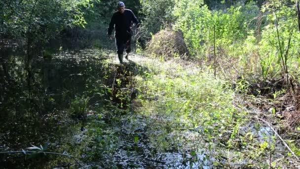 Киянин застряг у болоті за два кроки від дому, кликав на допомогу всю ніч: відгукнулася смерть