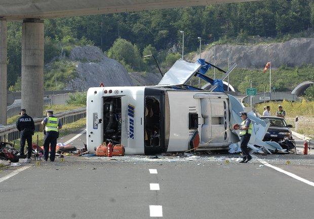 В Турции перевернулся пассажирский автобус: первые кадры жуткой аварии, 18+