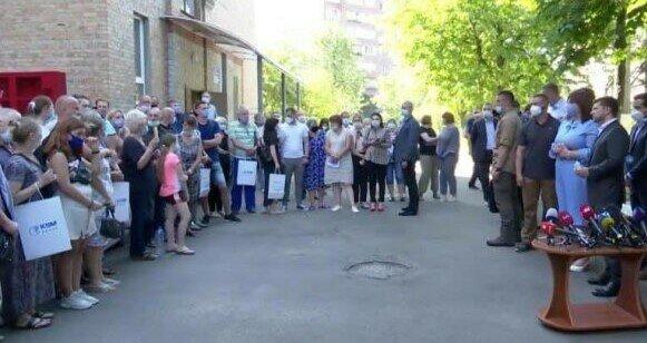 Жертв взрыва на Позняках не пускают в новые квартиры Зеленського