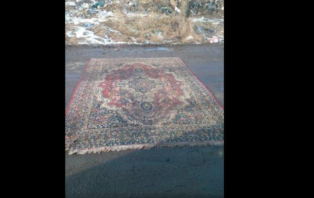 """Под Тернополем коммунальщики залатали дорогу ковром, украинцы креатив оценили: """"На сезон хватит"""""""