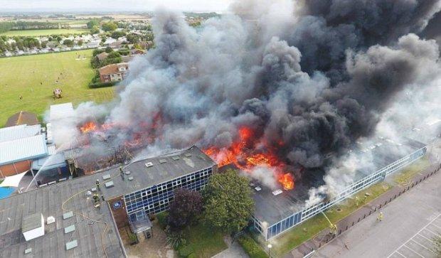 В Британии пылает взорванная школа (ВИДЕО)