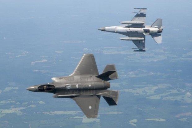 """Надсучасний американський винищувач F-35 програв """"собачі бої"""" старенькому F-16"""