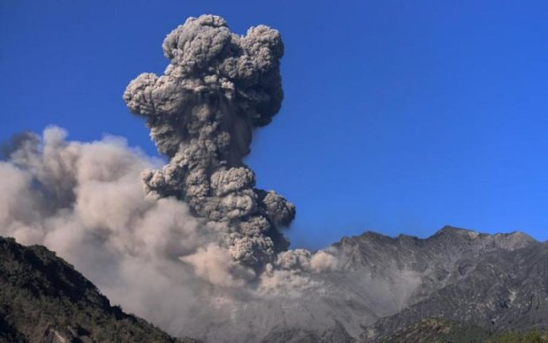 Дивовижне виверження японського вулкана показали в мережі