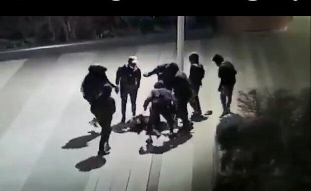 В Париже избили украинского подростка, кадр из видео