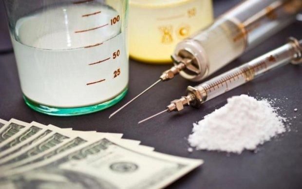 Копы поймали киевлянку с наркотиками на сотни тысяч