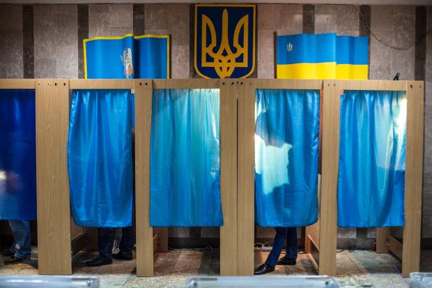 Копи затримали неадекватного виборця: намагався зробити це в кабінці