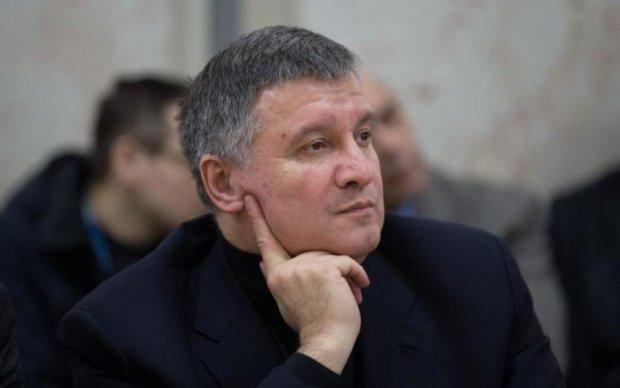 """Аваков хочет вернуть Донбасс """"аплодисментами"""""""