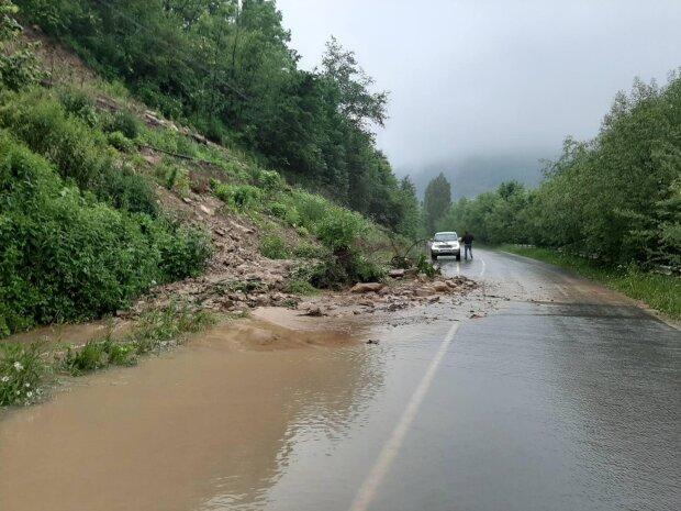 Большая вода отрезала Франковщину от всей Украины - дороги и мосты разрушены, выхода нет