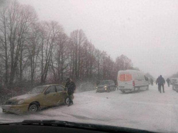 Апокаліпсис на дорогах: куди українцям краще не їхати та де закрили дороги