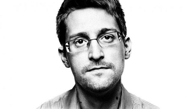 За вами следят: Сноуден советует заклеить камеру ноутбука