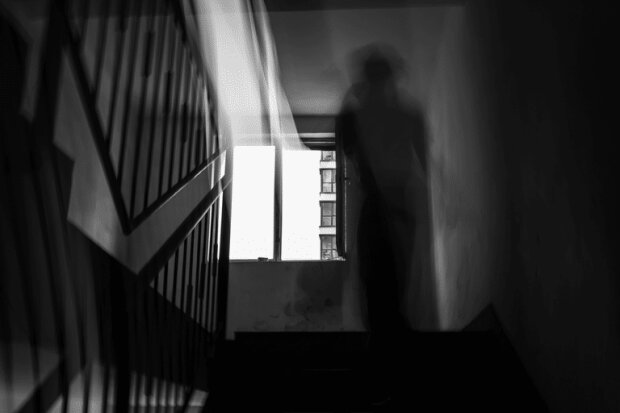 """Голоси за дверима: аномальна квартира ледь не довела студента """"до ручки"""", довелося викликати лікарів"""