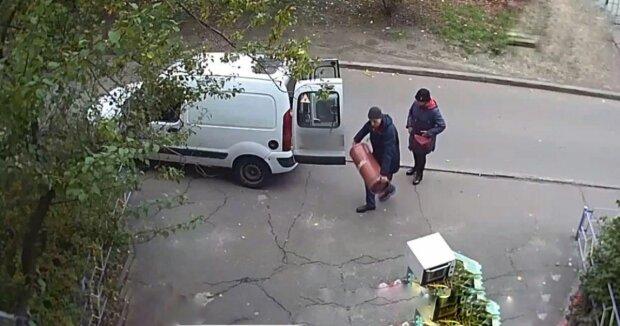 У Києві сім'я занесла небезпечний балон з газом у квартиру - Позняки не навчили