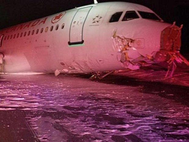 Аэробус разбился при жесткой посадке в Канаде (фото)