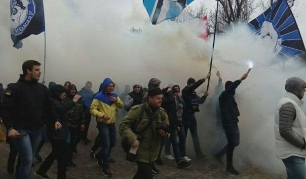 """Фанати """"Чорноморця"""" вийшли на марш проти """"Сбербанка"""" (фото, відео)"""