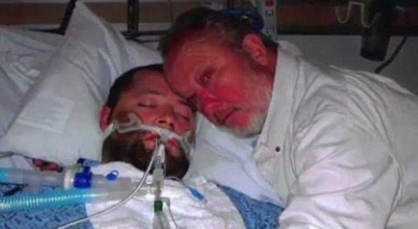 """Люблячий батько не дав лікарям відключити напівживого сина від апаратів, сталося диво: """"Люблю тебе"""""""