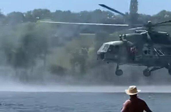 """Над """"голыми"""" харьковчанами пронесся вертолет, военные прыгали людям на головы - пляж в панике"""