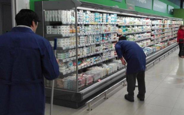 Бруд і купа сміття: фото вітрини столичного супермаркета вразило мережу