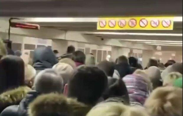 Киевляне с матами и толкучкой атаковали метро: понедельник день нервный