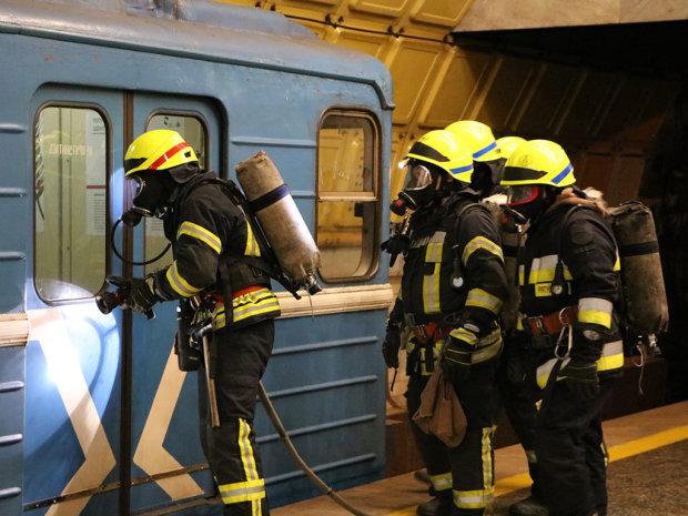 """Метро в дыму, эвакуация и помощь пострадавшим: подробности """"ЧП"""" в метро"""