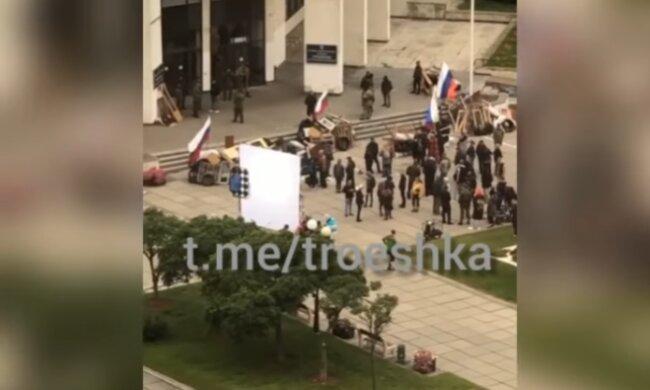 В Киеве заметили российские флаги, скриншот