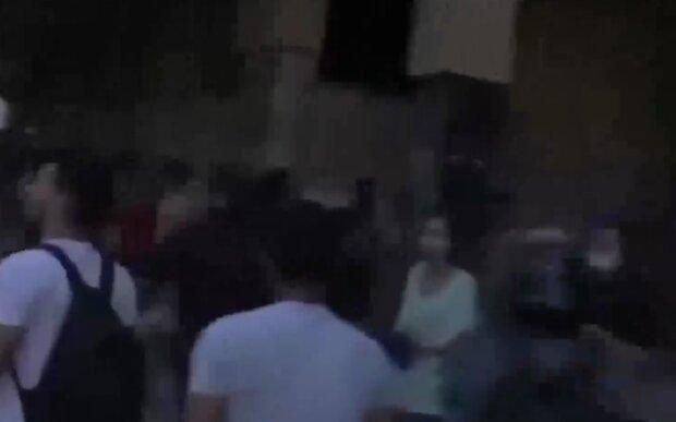 Після потужного вибуху вулиці Бейруту заполонили протестувальники: жбурляють каміння і вимагають відставки влади