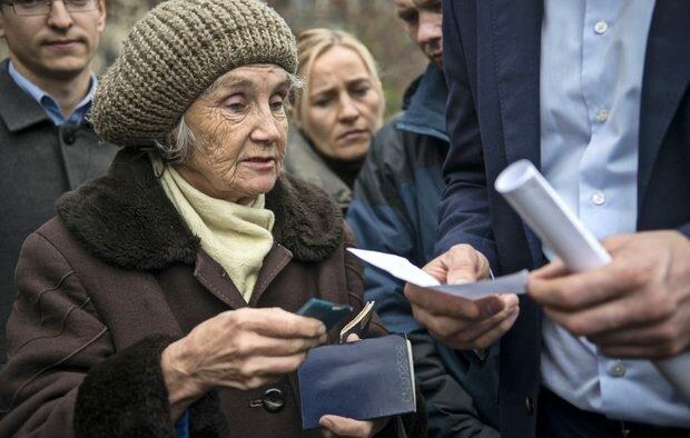 """Шнайдер показал печальную арифметику украинского пенсионера: """"А к этому всему еще и кушать надо"""""""