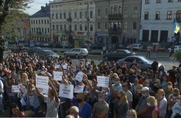 Митинг под стенами мэрии Черновцов против усиления ограничений, скиншот с видео