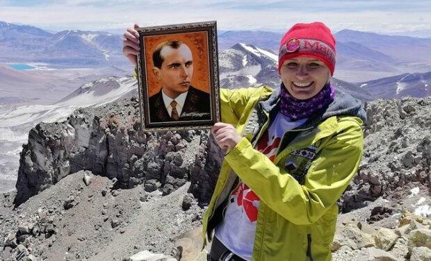 Франківчанка видерлася на найвищий вулкан світу з Бандерою і Скрябіним