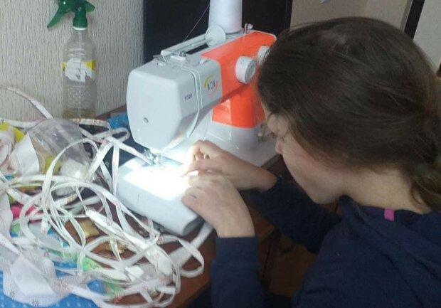 школярка шиє маски: фото з Фейсбуку