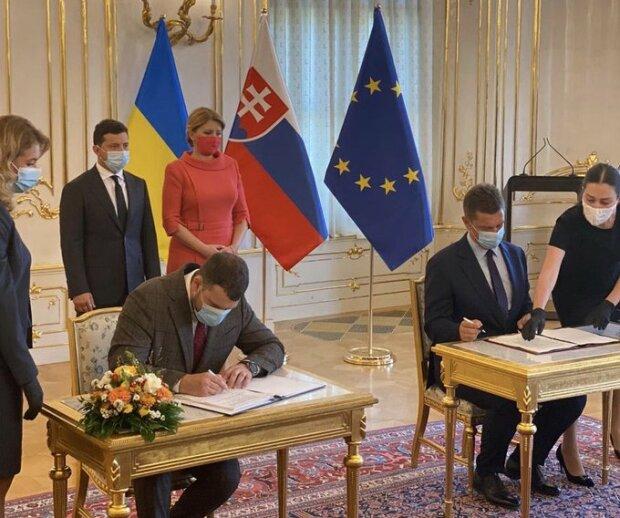 """Украина и Словакия подписали соглашение, которое разблокирует аэропорт """"Ужгород"""", фото твиттер"""