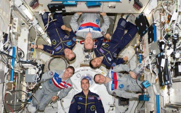Ученые объяснили, почему нельзя болеть в космосе: видео