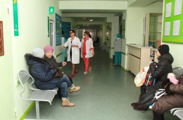 Епідемія кору в Україні набирає обертів: дівчинка чекала допомоги у загальній черзі, швидка не приїхала