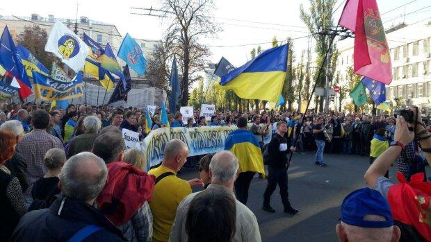 """""""Путін х**ло! Ні капітуляції, тільки перемога!"""": митингующие с лозунгами идут к Майдану, видео"""