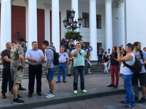 """""""Під вікна"""" до Труханова нагрянув розлючений натовп, Одеса кипить: """"Не дозволимо...!"""""""