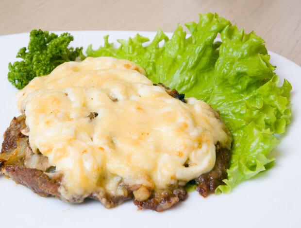 М'ясо по-французьки з грибами і помідорами: оригінальний варіант відомої страви