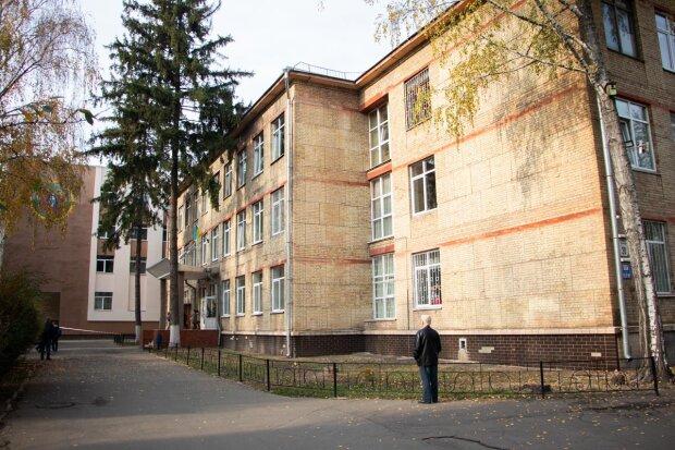 В Киеве ребенок шагнул из окна школы: решилась на отчаянный шаг во время уроков, видео