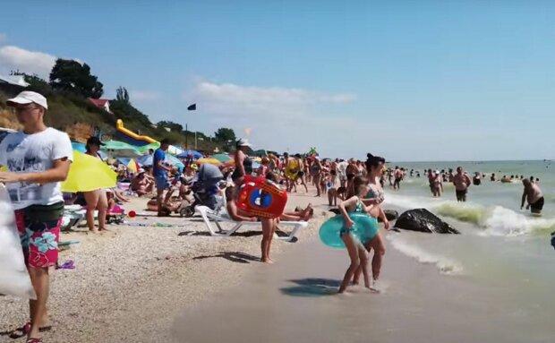 Оксамитовий сезон у Кирилівці показали сумними кадрами: порожні ринки, армія медуз і туристи, що втекли