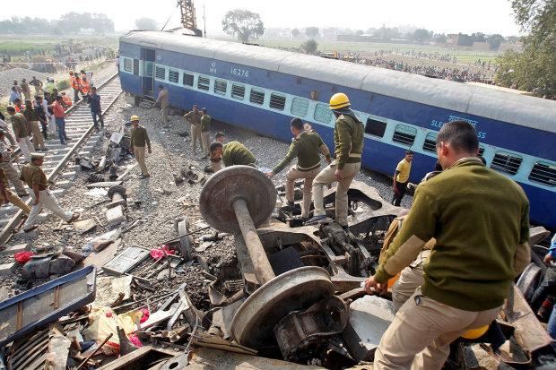 Скоростной поезд на полном ходу слетел с рельс, много жертв: первые кадры трагедии